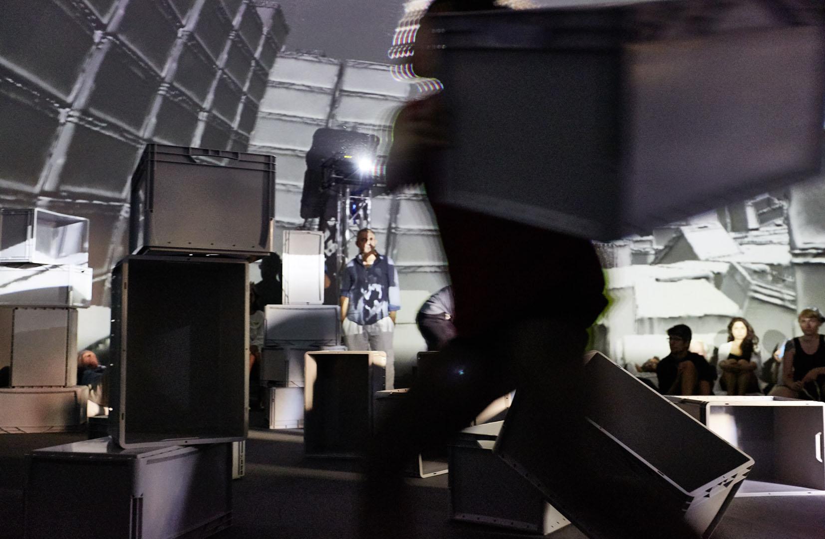 """Angewandte Festival 2019 Mit einem ganz neuen Ausstellungs- und Veranstaltungskonzept präsentiert sich die Angewandte zum Jahresabschluss des Studienjahres 2018/19. Das Angewandte Festival öffnet die Institution und will gesellschaftspolitische Themen sowie künstlerische Positionen in und mit der Öffentlichkeit verhandeln. In den teils neuen Räumlichkeiten der Angewandten präsentieren sich die Abteilungen und das ehemalige Ausstellungsformat """"The Essence"""" wird durch ein vielfältiges Programm unter dem Leitmotiv Öffnungen/Openings erweitert. Neben unterschiedlichen Ausstellungssettings aller künstlerischen Abteilungen wird der Oskar-Kokoschka-Platz für den Verkehr gesperrt und zur Bühne für multidisziplinäre Beiträge, die zur aktiven Teilnahme und Auseinandersetzung anregen sollen.  Mit Interventionen, Installationen, Ausstellungen, Performances, Konzerten, Workshops, Touren und Screenings zeigt die Angewandte nicht nur die Vielfalt an Studienfächer, sondern die künstlerische und wissenschaftliche Praxis und deren Prozesse sowie die disziplinen-übergreifenden Herangehensweise. Anspruch des Festivals ist die Verschränkung und Interaktion von Theorie und Praxis, Bildender Kunst und Design, Forschung und Wissenschaft zu veranschaulichen, auf Problemfelder aktueller Phänomene der Gesellschaft hinzuweisen und neue Felder von Wissensproduktion zu erproben."""