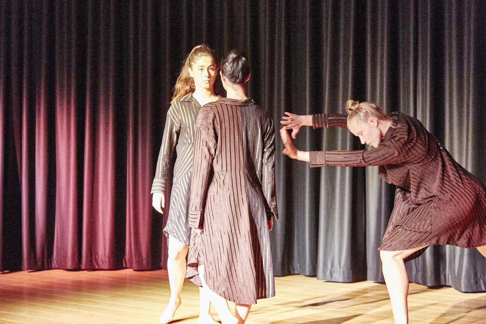 Oluwa naa Tanz Performance  Laureen Drechsler, Hanna-Christina Mannsberger und Agnes Smazinka